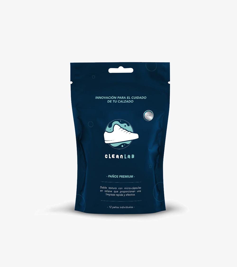 """Los Paños Premium de Clean Lab están diseñados para usarlos """"en el camino"""" por aquellos que deseen un producto rápido y efectivo. Elaborados para llevarlos a donde sea. Este producto contiene las propiedades limpiadoras de Clean Lab, su mayor beneficio es que el 98.3% de los ingredientes son naturales y biodegradables. Por esa razón, no te preocupes por si se pudieran dañar los colores o materiales. Ideal para usarlos cuando viajes, estudies o trabajes.  - 12 paños individuales - Textura con micro-cápsulas en relieve para limpiar áreas dificiles - Úsalos """"en el camino"""" - Rápido y efectivo - Llévalos donde sea - 98.3% Natural - 100% Biodegradable - Seguro para usar en cualquier material"""