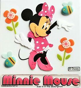 Estas pegatinas tridimensionales de Disney son ideales para adornar tarjetas, páginas de álbumes de recortes, proyectos de manualidades y mucho más. Este paquete contiene pegatinas de seis dimensiones en una hoja de respaldo de 3.75x4 pulgadas. Diseño: Minnie.