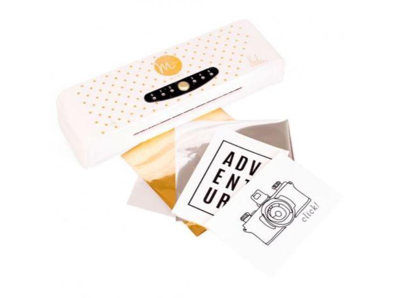 Con la laminadora podrás desarrollartodo tipo derecortables y tarjetas con acabado foil.  Para ello sólo tenemos que combinar el foil del color que más nos guste con un diseño impreso en láser e insertarlo en nuestra máquina de calor MINC.  Podremos diseñar papeles estampados con un buen acabado ademásdetarjetas, adornos, y crear un sin fin de detalles para tus proyectos.  Ancho máximo:15*15 cm.