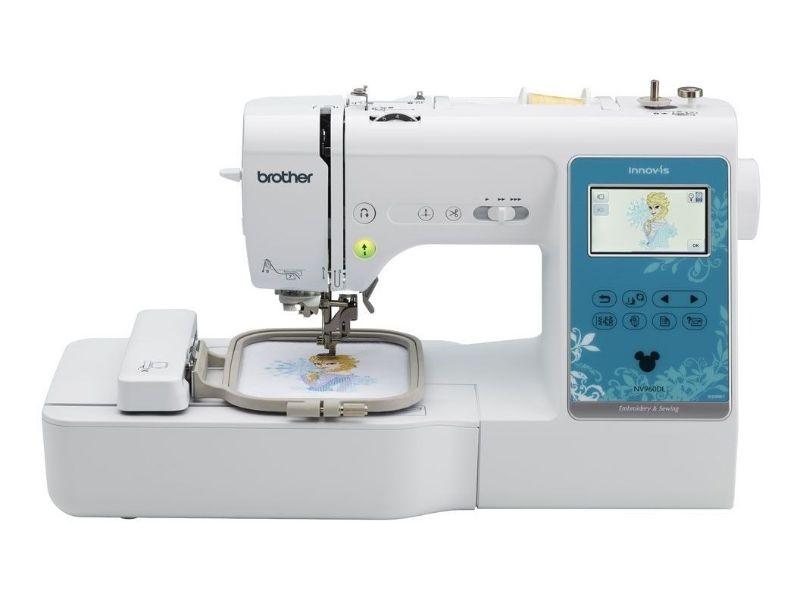 La NV960DL le ofrece todas las funciones estándar que espera de una máquina de coser y bordar además de otras más avanzadas que la hacen ideal para aficionados de todos los niveles. Su puerto USB le permite importar diseños con facilidad desde su módulo de memoria USB, gracias a lo cual podrá expandir sus habilidades creativas más allá de los 125 diseños de bordado incorporados (45 de ellos son de personajes Disney®). Aproveche las 180 puntadas de costura incorporadas o cree su propia puntada con la exclusiva función My Custom Stitch™ (mi puntada favorita). Tanto si borda monogramas en artículos especiales con el pie para monogramas como si embellece artesanías con las 10 fuentes de letra para bordar, su creatividad no tiene límites cuando usa la práctica y accesible NV960DL!  incluye capacitacion de uso y manejo