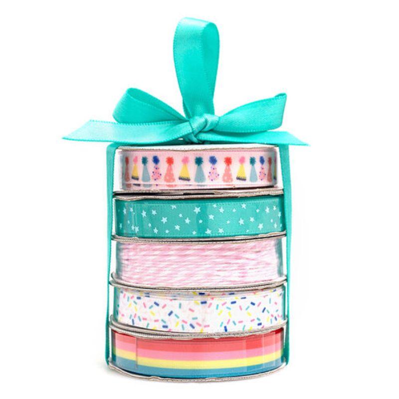 Perfecto para tarjetas, regalos, páginas de álbumes de recortes y mucho más! Este paquete contiene cuatro bobinas de cinta de raso y una bobina de hilo de panadería en patrones de colores brillantes.
