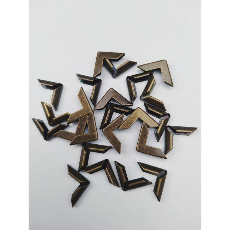 Esquineros de metal color Bronce Quemado, especiales para cubrirlas esquinas de tus proyectos de encuadernacion y cartonaje.  Pack x 25 unidades.  Equipo Scrapyart