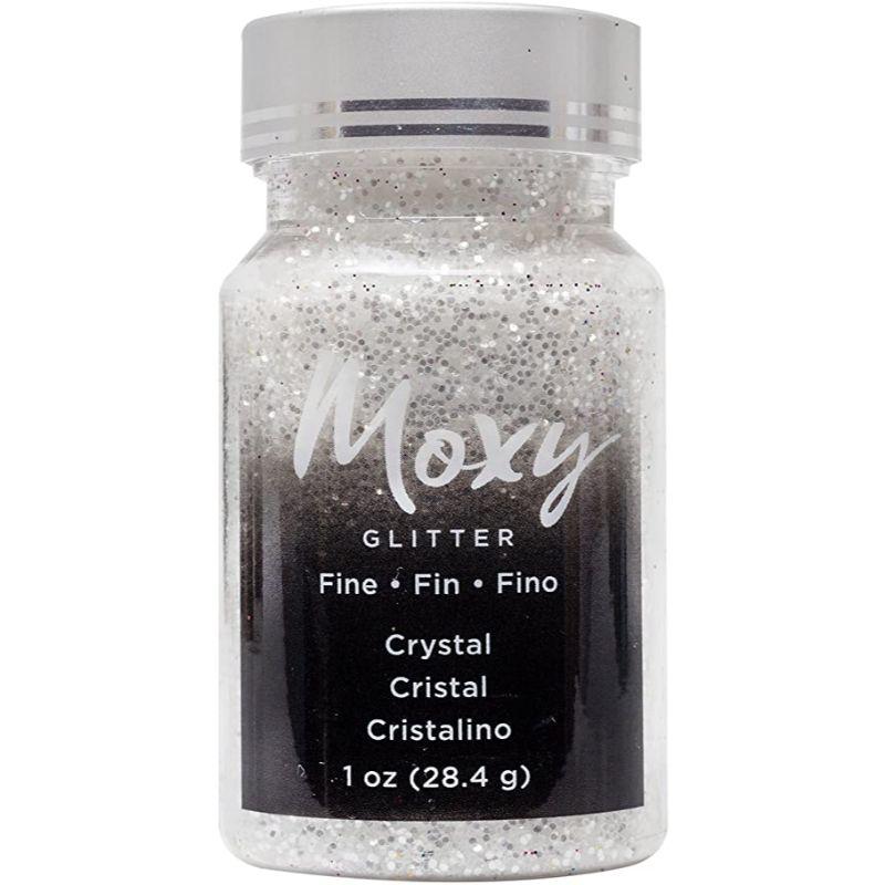 Moxy Glitter Fine  Son micro aplicaciones Micro para todotipo de trabajos manuales.  Úsalo con pastas, médiums o pegamentos cuando estén húmedos o añádelo en tus tarjetas shaker.  Perfecto para scrapbooking, tela, lienzo, madera, goma EVA, etc.  Contiene: 28 gr.
