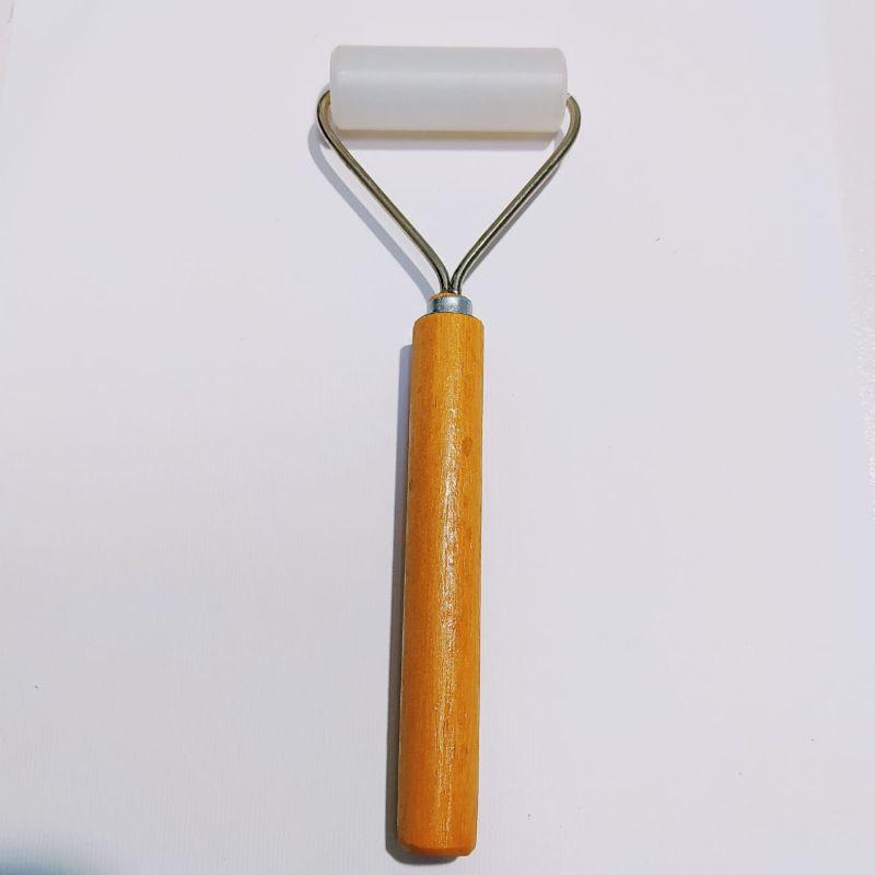 Rodillo de T- Flon , ideal para usarlo en todo tipo de proyectos scrapboking, cartonaje, tarjetería y otras manualidades.  Rodillo: 4.8 cm  Equipo Scrapyart
