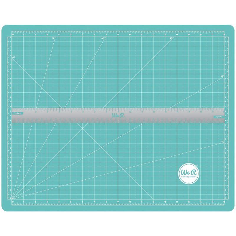 Unabase de cortees la principal herramienta para un escrapero o crafter. Sirve, no solo para cortar con el cúter sin dañar la mesa, sino que la usamos como zona de trabajo para evitar manchar y dañar la mesa.Este tapete de corte magnético incluye una regla metálica que podrás utilizar para medir tus proyectos, y también para fijarlos a la base de corte.  Tamaño: A2 (45.7x35.6cm)