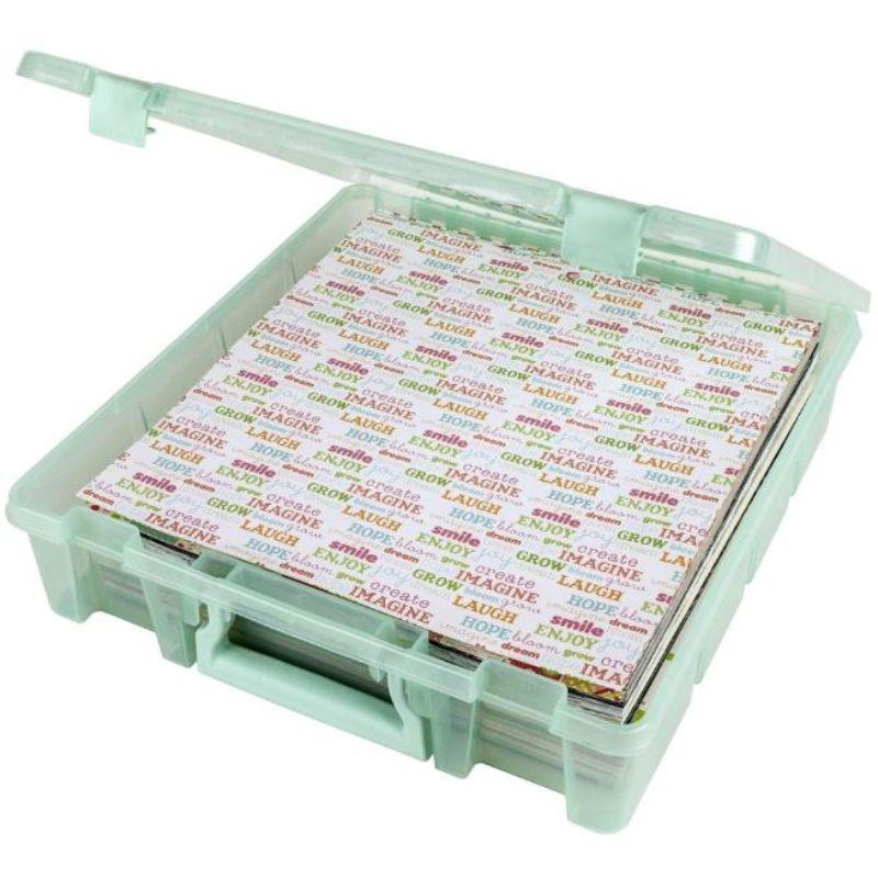 """¡La solución de almacenamiento perfecta para quilters, alcantarillas, desguaces y artesanos en general! Cuenta con profundidad adicional, cierre seguro y asa de transporte. Las cajas Super Satchel están diseñadas para apilarse fácilmente y trabajar juntas. Perfecto para almacenar papel, tela y más. Estas cajas Super Satchel están moldeadas de plástico duradero, translúcido .   15.25""""X14""""X3.5""""pulgadas.  Equipo Scrapyart"""