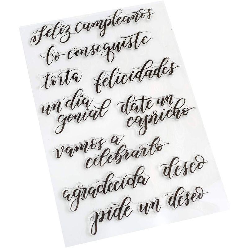 Sellos de Celebracion Set  ¡Agregue frases en español especiales para cualquier proyecto de lettering con los sellos Kelly Creates! Estos hermosos sellos se pueden usar con tu color de tinta favorito y un bloque acrílico, conseguiras hacer sellos perfectos en todo momento. Este paquete incluye 10 sellos en español.  Equipo Scrapyart