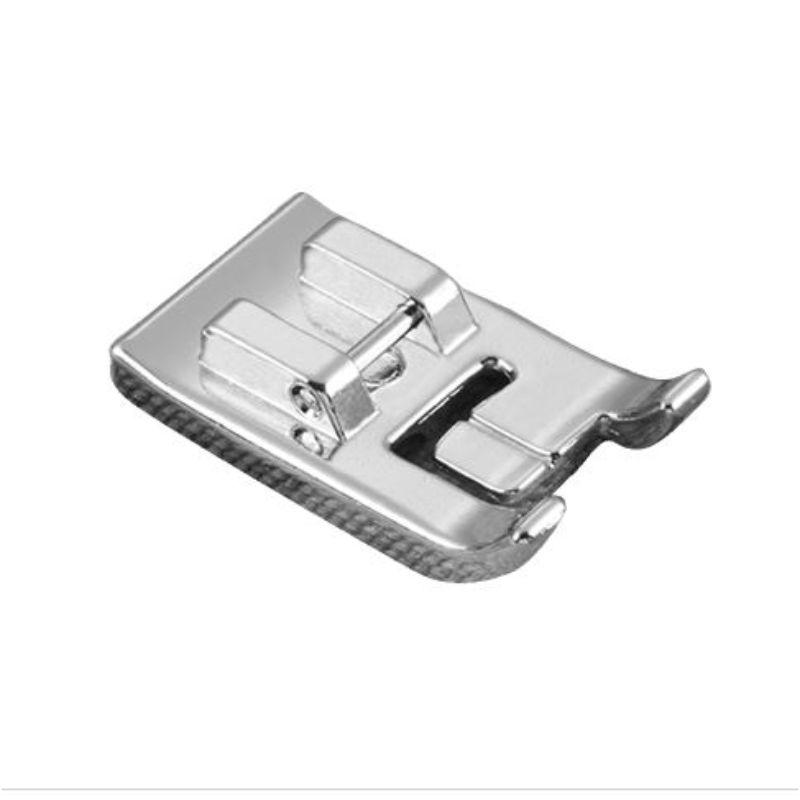 Prensatela para Ribeteados  Diseñado para crear tuberías personalizadas, para el hogar y otros usos.Los canales de gran tamaño en este pie a presión de 7 mm proporcionan una colocación más precisa de la tubería, y la amplia abertura de la aguja permite un rango de anchos de puntada.  Para usar con:BB370, BC-1000, BM2800, CE1008, CE1100PRW, CE1125PRW, CE4000, CE4400, CE5000PRW, CE5500PRW, CE7070PRW, CE8080PRW, CP6500, CP7500, CS100T, CS5055PRW, CS-6000, CS6000i, CS6000T, CSC72, CS80, CS80, CS8072 VQ2400, DreamCreator XE VM5100, DreamWeaver VQ3000, ES2000, EX660, HE-120, HE240, HS2000, HS2500, Innov-ís 1000, Innov-ís 1200, Innov-ís 1250D, Innov-ís 2500D, Innov-ís 2800D, Innov- ís 40, Innov-ís 4000D, Innov-ís 80, Innov-ís 900D, Innov-ís 950D, Innov-es 990D, Innov-ís NQ1300PRW, Innov-es NQ3500D, Innov-es NQ700PRW, Innov-es NQ900PRW, Innov- es NX570Q, Innov-es NX800, PC660LA, LB6770, LB6770 PRW, LB6800PRW, LB6800THRD, LB7000BNDL, LB7000PRW, LS30, LS590, LX2500, LX3125, LX3125E, LX38, NX, NX, NX, NX, NX, NX, NX, NX, NX, NX, NX, NX , NX650Q, Pacesetter PS21, PC-210, PC210PRW, PC2800, PC3000, PC-420, PC420PRW, PC6000,PC6500, Project Runway Limited Edition Innov-ís 40e, Project Runway Limited Edition Innov-ís 85e, SC9500, SE1800, SE1900, SE270D, SE350, SE400, SE425, SE600, SE625, Simplicity SB170, Simplicity SB3129, Simplicity SB4138, Simplicity SB530T Simplicity SB700T, Simplicity SB7500, Simplicity SB8000, THE Dream Machine 2 Innov-es XV8550D, THE Dream Machine Innov-es XV8500D, VX1435, XL2600, XL2610, XL2800, XL-3500, XL3500T, XL3510, XL5500, XL5600, XL5700, XR1355, XR-40, XR4040, XR6060, XS37VX1435, XL2600, XL2610, XL2800, XL-3500, XL3500T, XL3510, XL5500, XL5600, XL5700, XR1355, XR-40, XR4040, XR6060, XS37VX1435, XL2600, XL2610, XL2800, XL-3500, XL3500T, XL3510, XL5500, XL5600, XL5700, XR1355, XR-40, XR4040, XR6060, XS37.  Equipo Scrapyart
