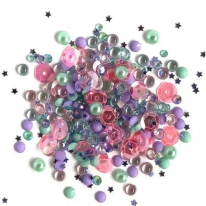 Una combinación perfectamente coordinada de piedras preciosas iridiscentes, ideales para embellecer todos tus proyectos de tajetería, álbumes de fotos, libretas y otras manualidades,llevadolos a otro nivel. gotas cristalinas ,figuras de espalda plana y lentejuelas, teñidas en excelentes colores para combinar tus creaciones.  Equipo Scrapyart