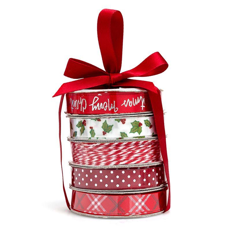 Cinta Satinada Maroon Merry Christmas  Perfecto para tarjetas, regalos, páginas de álbumes de recortes y mucho más! Este paquete contiene cuatro bobinas de cintas satinadas y una bobina de hilo en patrones de colores brillantes.  Equipo Scrapyart