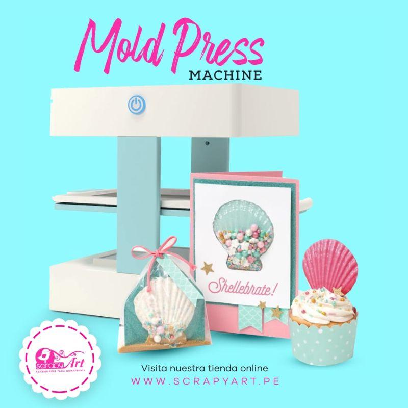 Mold Press de We R Memory keepers  LaMold Press es una Máquina que puede hacer moldes de cualquier objeto. ¡Imaginate! hacer moldes para hacer objetos decerámicaal frío o con arcilla ,que lo podrías usar en Mixed Media y Scrapbooking,moldes para jabones , molde para chocolates,moldes para velas, etc.  Equipo Scrapyart