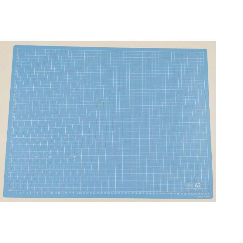 Mat de Corte A2 Celeste  Unabase de cortees la principal herramienta para un escrapero o crafter. Sirve, no solo para cortar con el cúter sin dañar la mesa, sino que la usamos como zona de trabajo para evitar manchar y dañar la mesa.  Tamaño: A2 (57x42cm)  Equipo Scrapyart