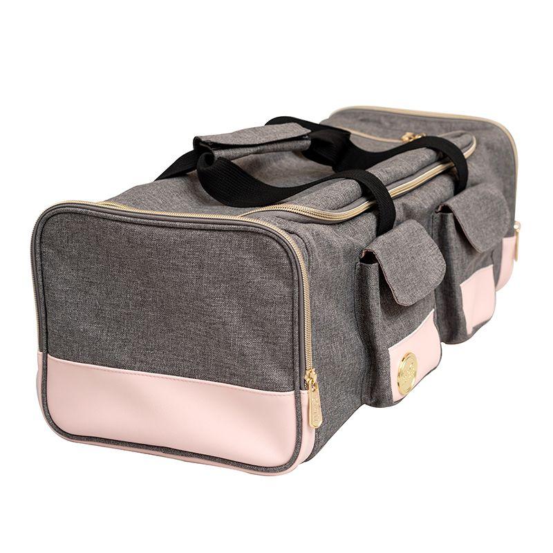 Bolso de Mano Pink Crafters  Bolsa de Manopara transportar tu maquina ,cuentacon un compartimiento extraible para tus herramientas eincluye bolsillos de almacenamientoforma segura y ordenada. Medida : 54.61x 21.59 x 18.41 cm  Equipo Scrapyart