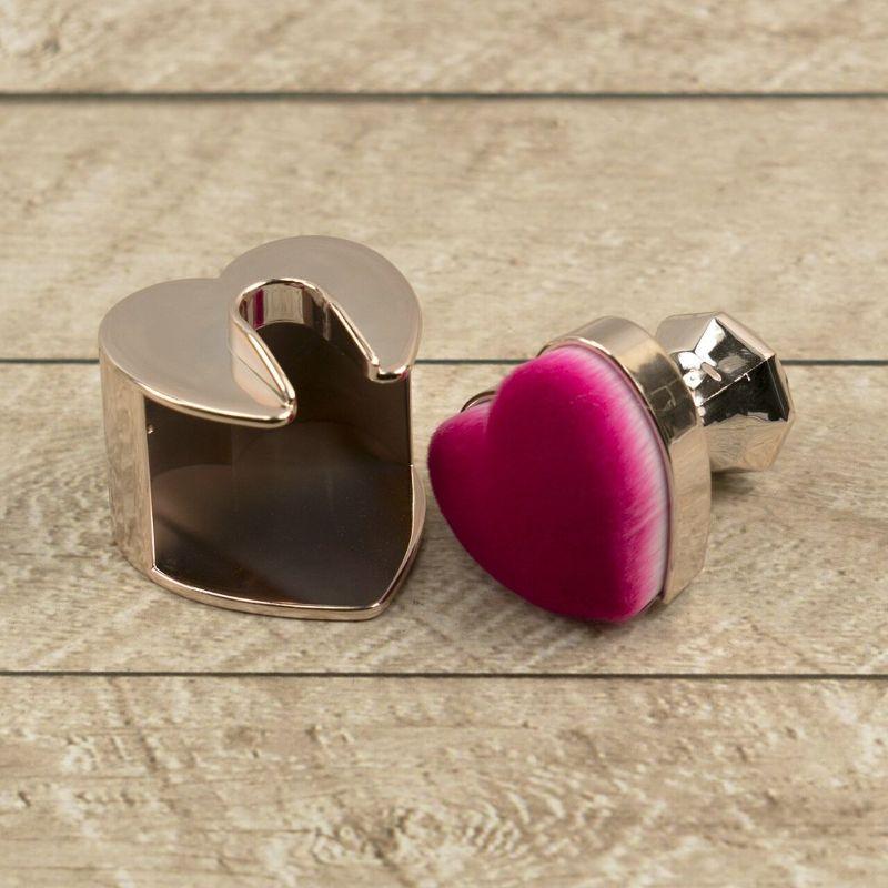 El pincel mezclador ergonómico en forma de corazón de Couture Creations   Es una herramienta de mezcla de tinta increíble, tiene cerdas súper suaves,yfácil de limpiar, simplemente limpie el color de la tinta con un paño de microfibra y luego pase al siguiente color.   Para una limpieza más profunda, lave con agua y jabón suave , enjuague y deje secar completamente.  El color rosa no se eliminará, es el color del pincel.  Equipo Scrapyart
