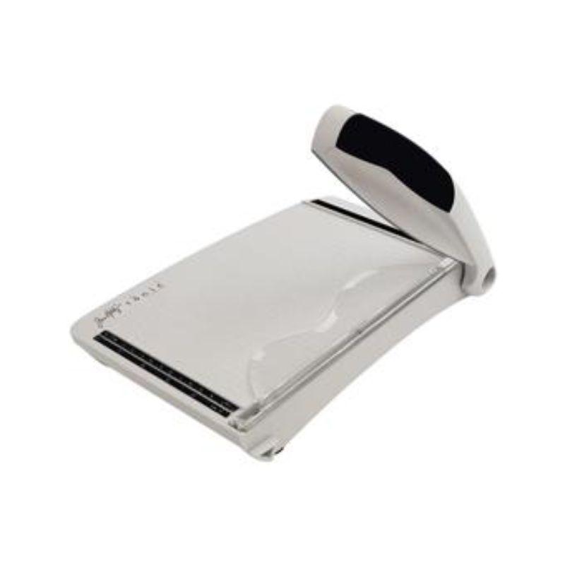 La Guillotina Tonic tiene un agarre cómodo y una cuchilla afilada para cortar fácilmente!    Medida : 21.50 cm  Equipo Scrapyart