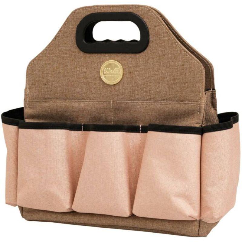 ¡El nuevo modelo Tote Bag ya está disponible! Una bolsa para transportar herramientas y materiales de forma ordenada y segura. Puede almacenar sus herramientas de scrapbooking favoritas allí. Muchos bolsillos y espacio de almacenamiento. Tiene 9 bolsillos, incluidos 2 con cremallera, 3 bolsillos interiores, un bolsillo interior con cremallera y dos asas para facilitar su transporte.Color: Rosa y Taupe con detalles metálicos dorados. Dimensiones aproximadas: 30 x 33 x 14cm.  Equipo Scrapyart