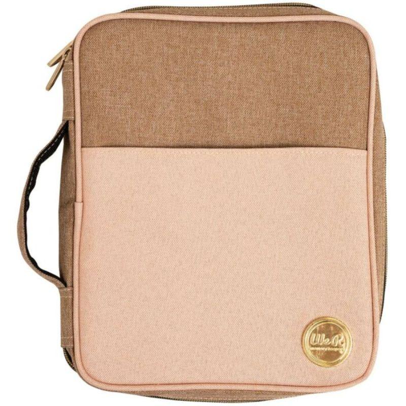 """Bolso Crafter's Carry Pouch - Pink & Taupe We R Memory Keepers   Pequeño bolso para almacenar y transportar tus útiles de forma ordenada y segura.  Perfecto para transportar esas herramientas que más usas y tenerlas siempre a mano.  Cuenta con un asa para un mejor transporte.  Color: Rosa y topo con detalles metálicos en dorado.  Medidas aproximadas: 21.84 x 4.06 x 26.67 cm (8.6"""" x 1.6"""" x 10.5"""")   Equipo Scrapyart"""