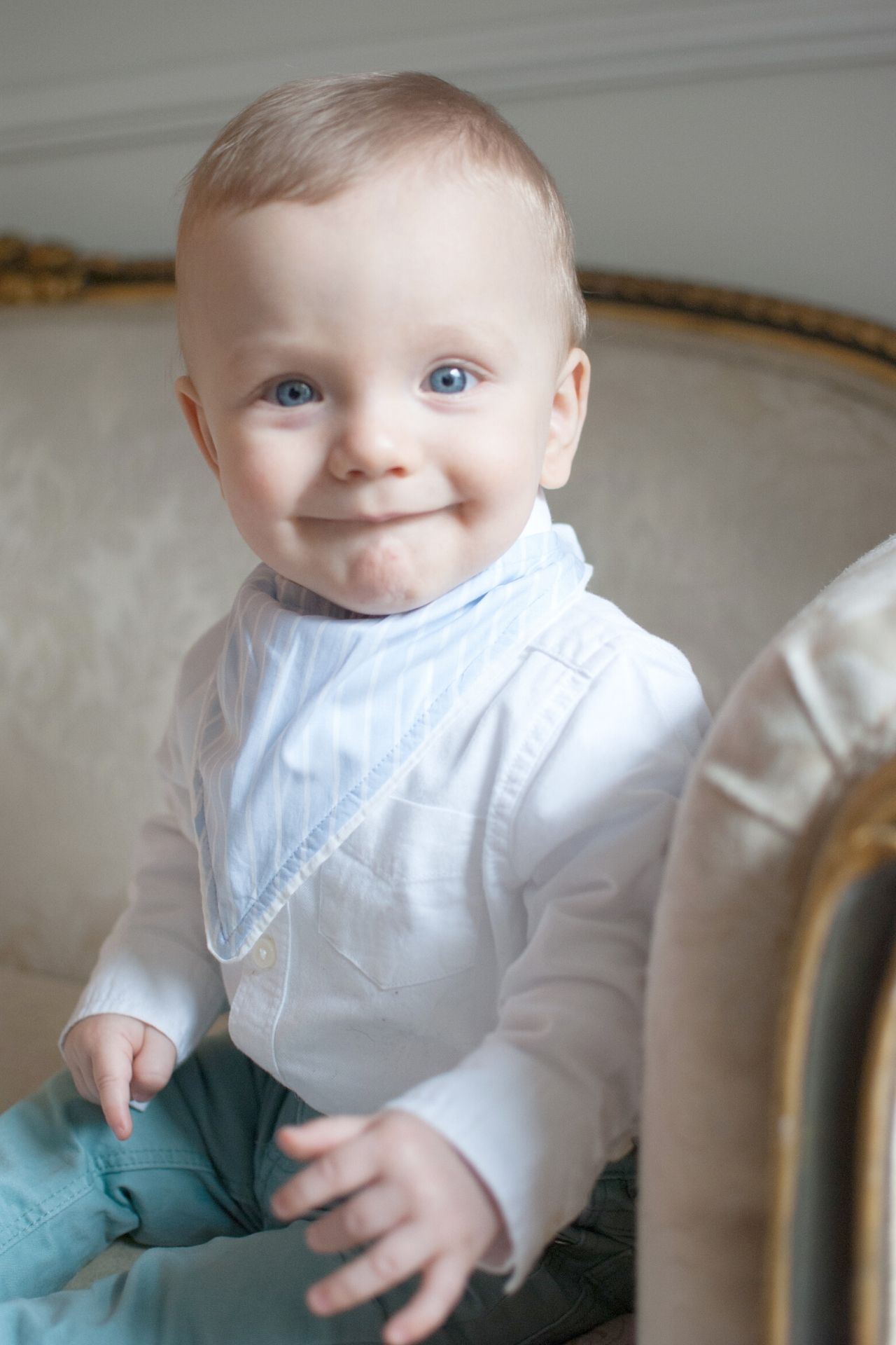 <p>Babero con forma de bandana, con forma triangular y botones por detrás.</p>  <p>Hecho de tela nanzú de 100% algodón pima y tela absorbente de algodón por debajo.</p>  <p>16 cms de largo.</p>  <p>El color del babero es celeste con rayas blancas.</p>