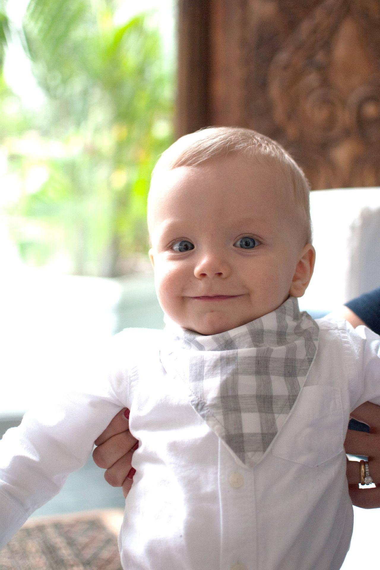 <p>Babero con forma de bandana, con forma triangular y botones por detrás.</p>  <p>Hecho de tela nanzú de 100% algodón pima y tela absorbente de algodón por debajo.</p>  <p>16 cms de largo.</p>