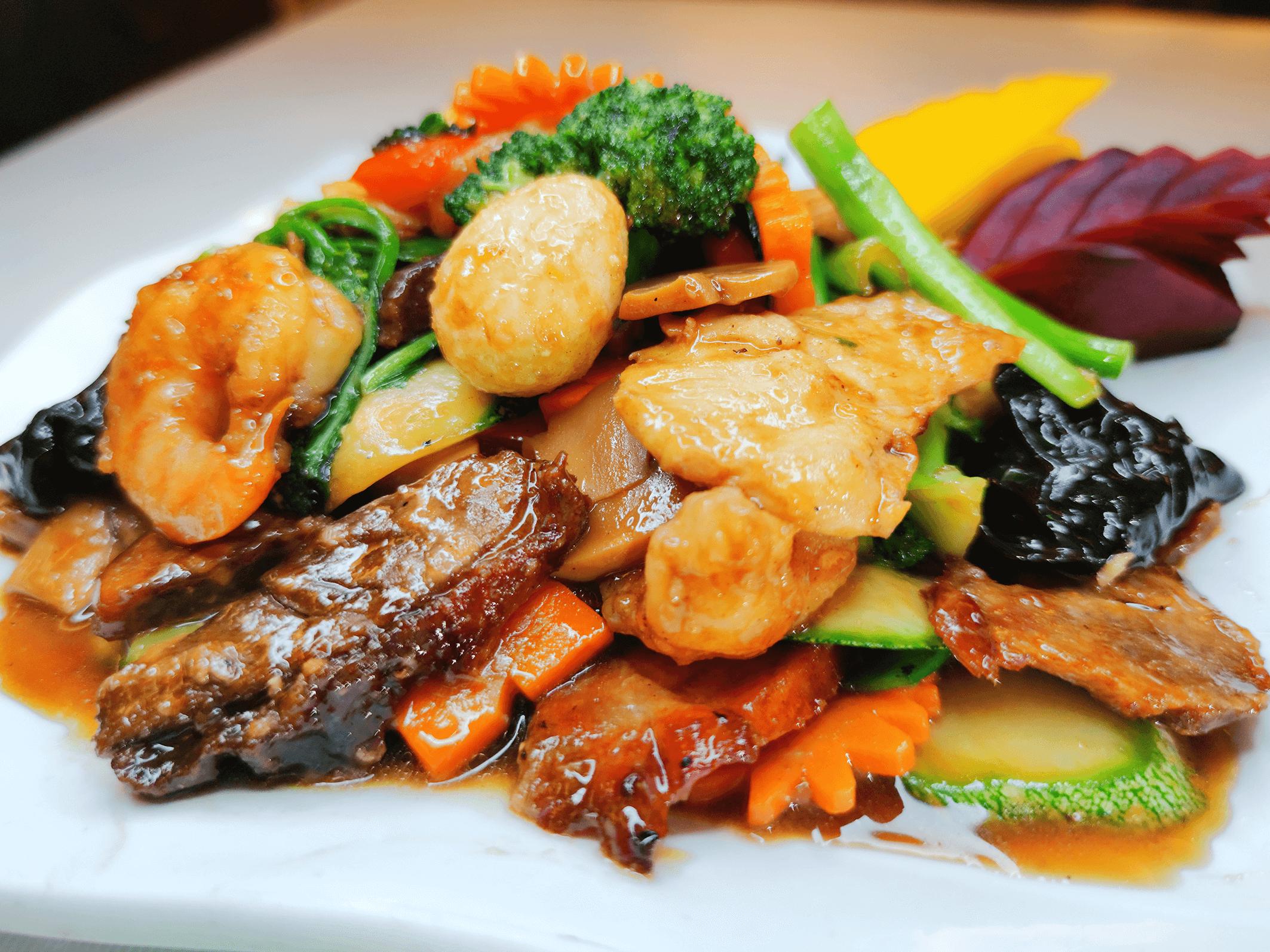 Saltado con verduras con Chasiu, pollo, langostinos, yuyo negro y huevo de codorniz .