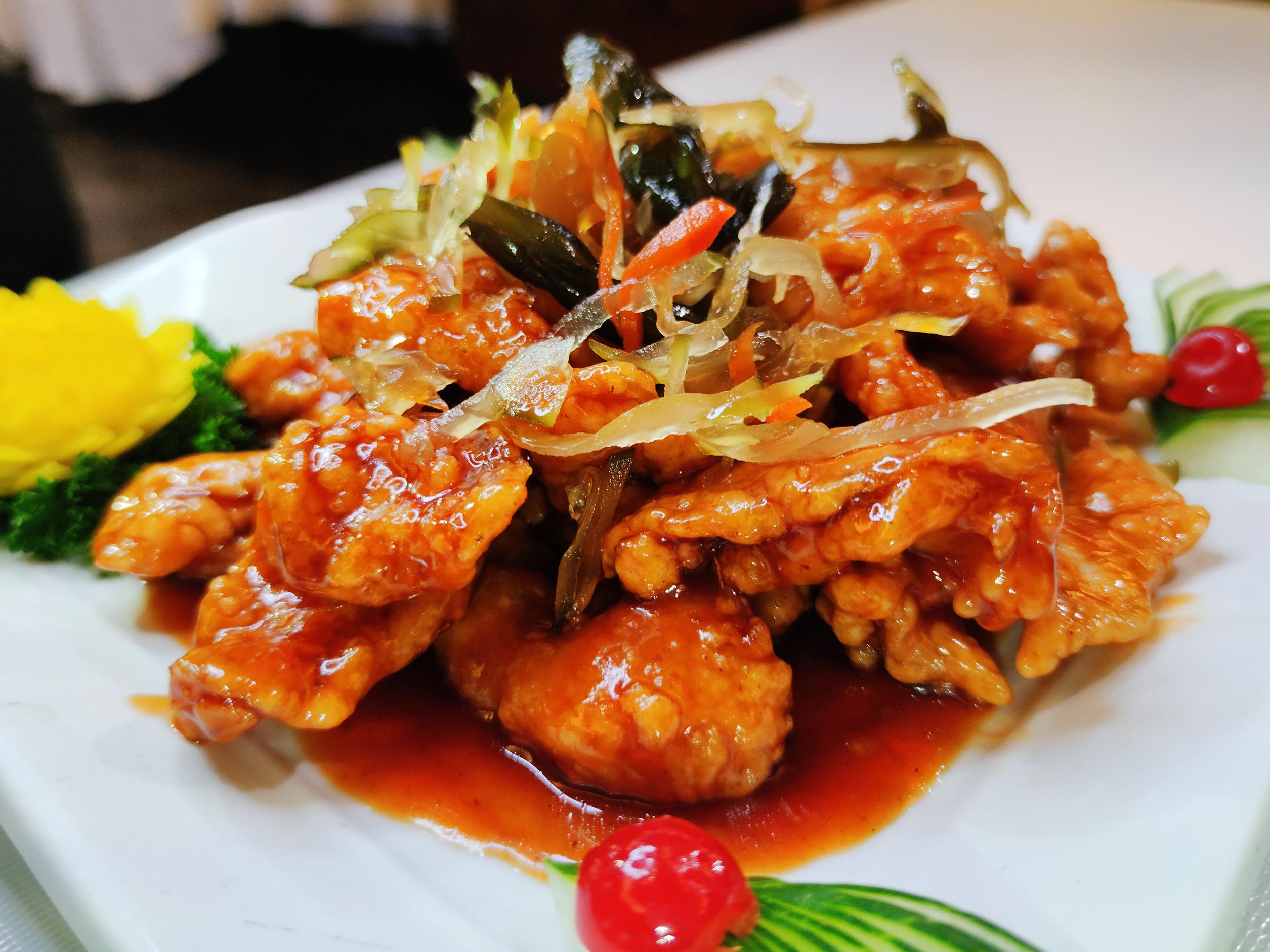 Pollo arrebozado, verduras incurtidas.