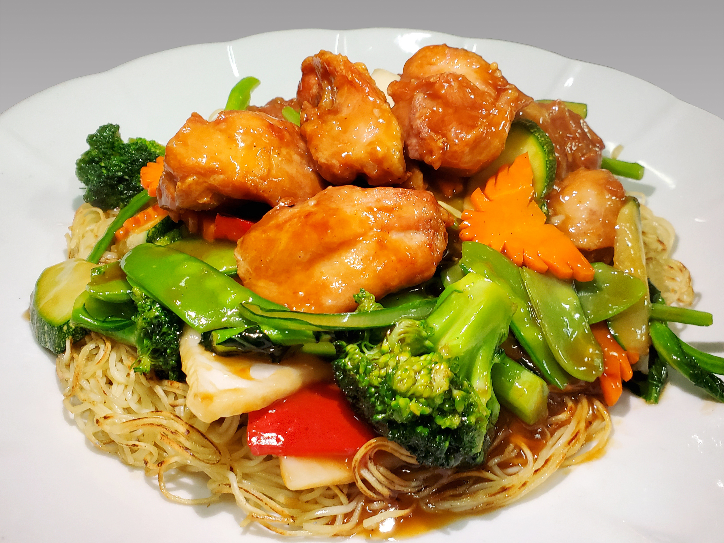 Con verduras mixtas y pollo en trozos.