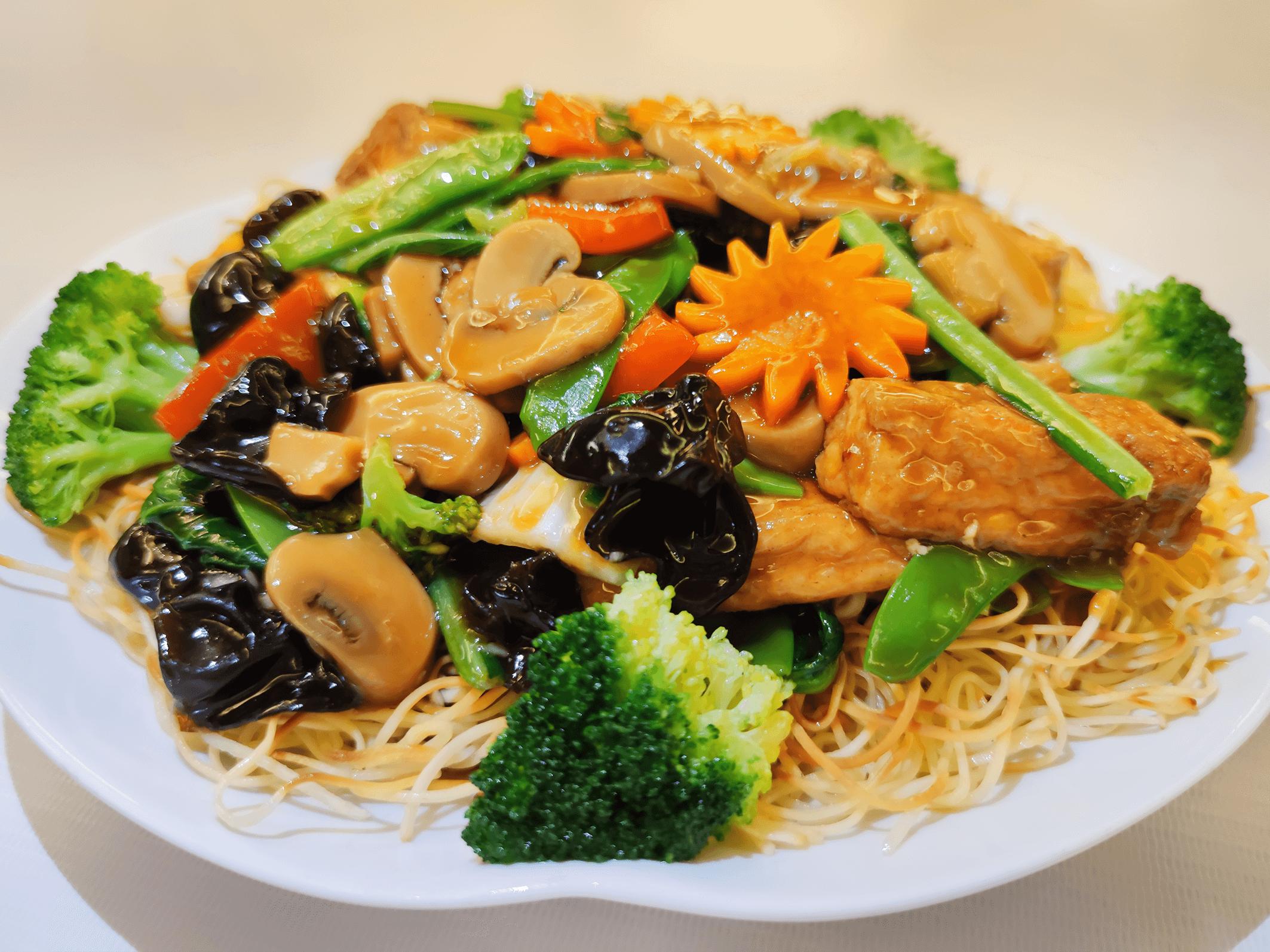Tallarin con verduras saltaeadas.