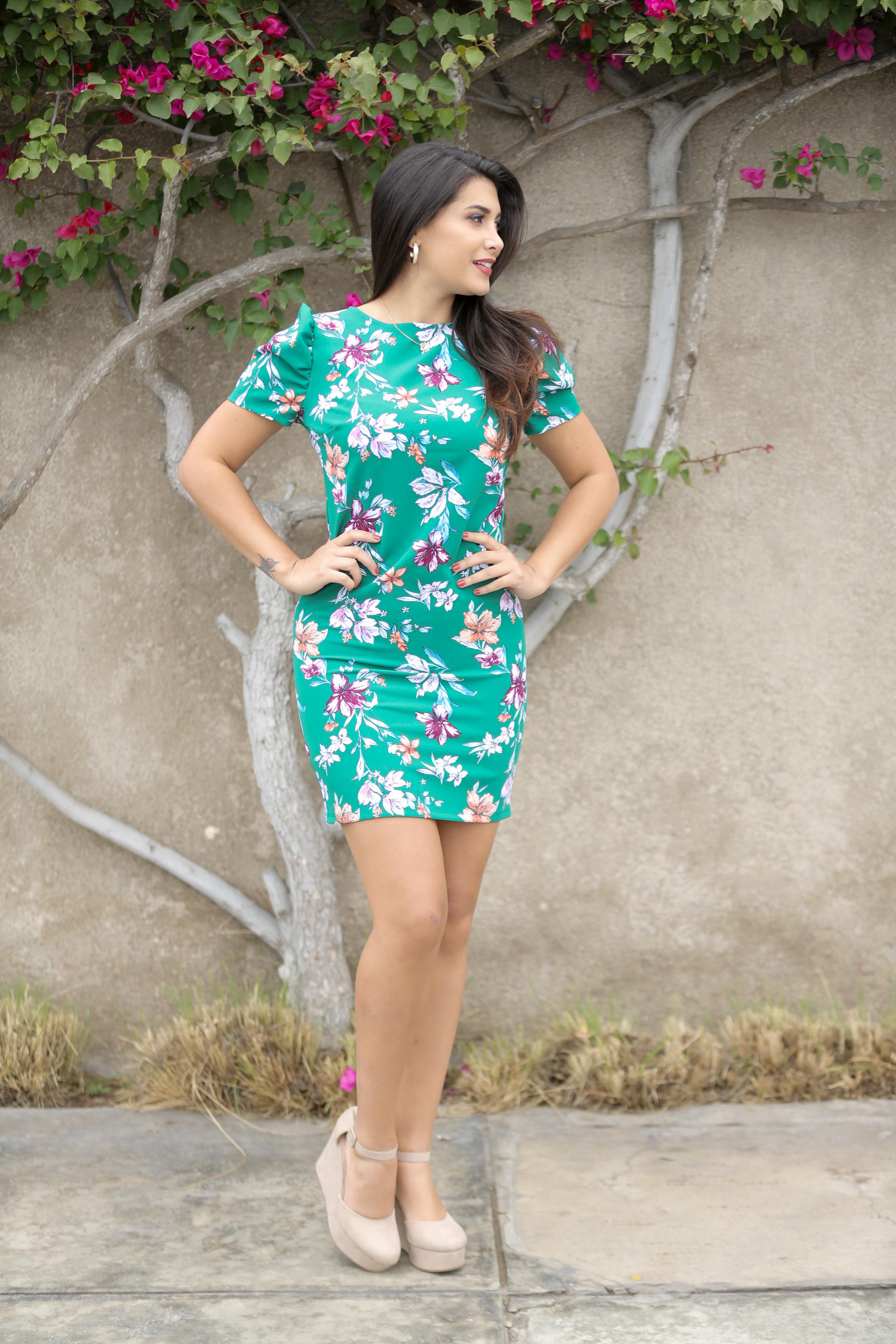 Vestido de tela plana semi strech muy cómodo al cuerpo , muy buen entalle y línea de planchado, disponible en talla S M, de la NUEVA COLECCIÓN!!!!    Disponible en tallas S M L