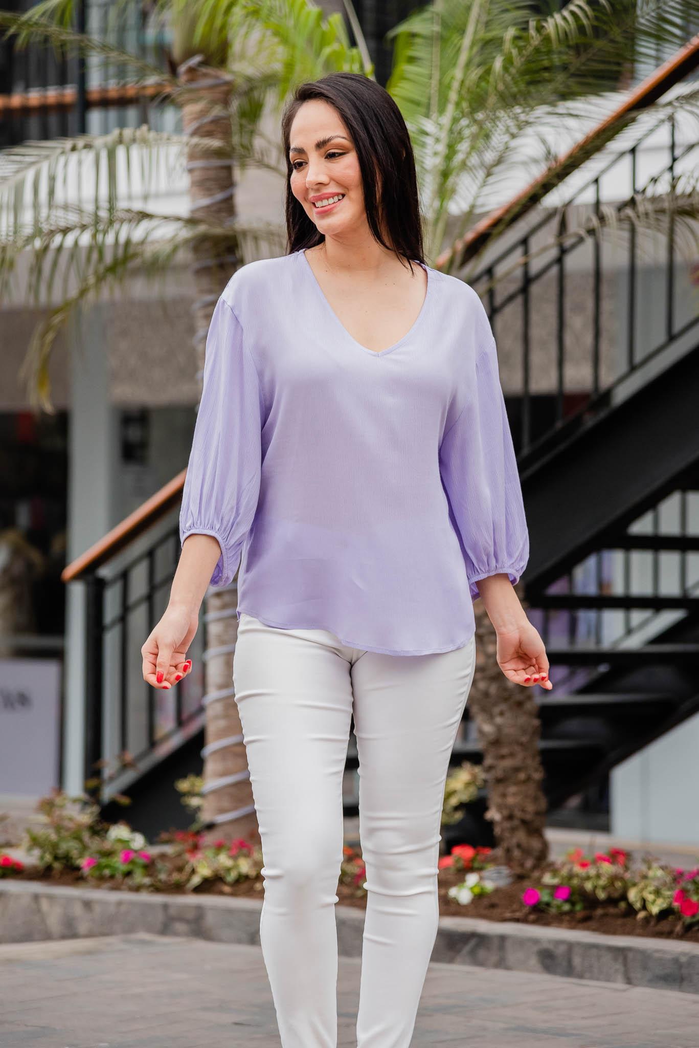 Blusa de tela Rayón hindú  Disponible en talla S M L  La modeloexhibe la talla S