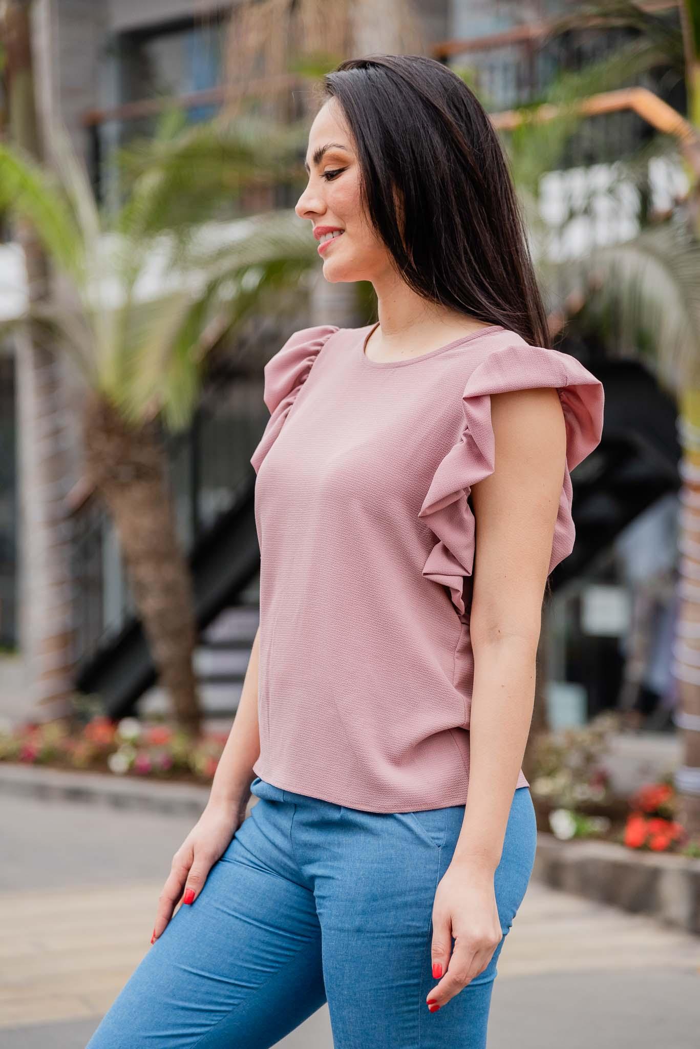 Blusa cuello redondo con bobo en lamanga  Disponible en talla S M L  La modelo usa la talla S
