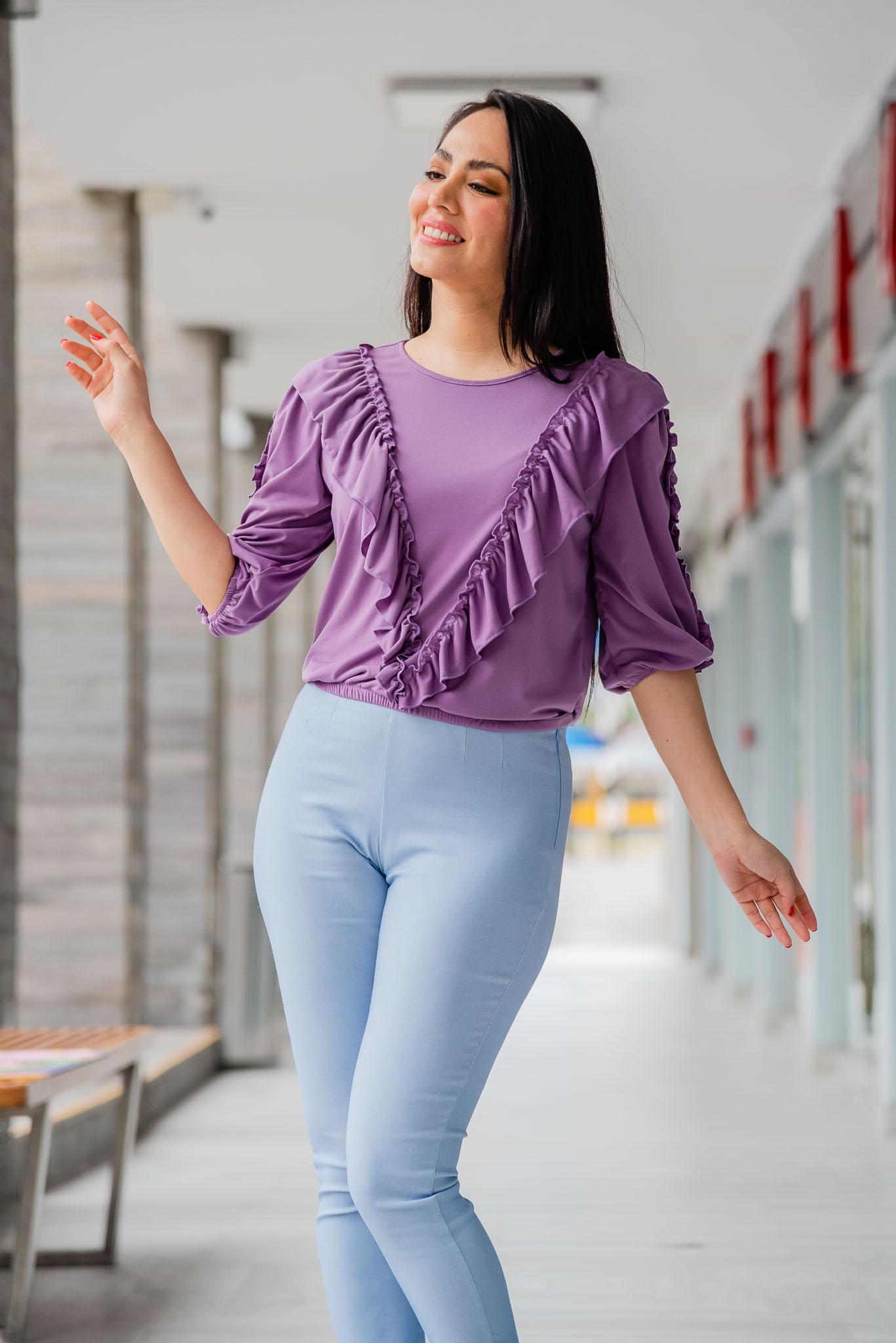 Blusa de tela Verna licrada  Cuello redondo con bobo en delantero y manga  Disponible en talla S M L  La modelo exhibela talla S