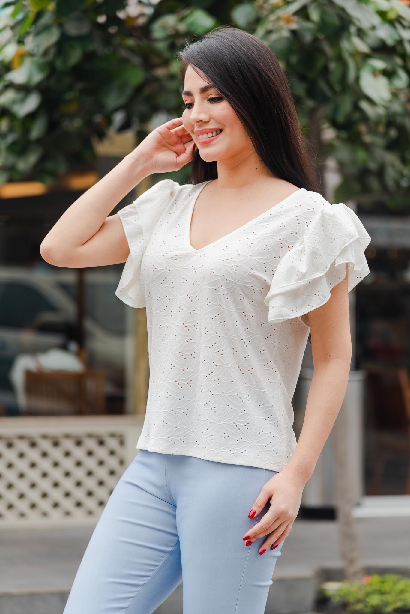 Blusa de tela Broderi licrado  Cuello V con doble bobo en la manga  Disponible en talla S M L