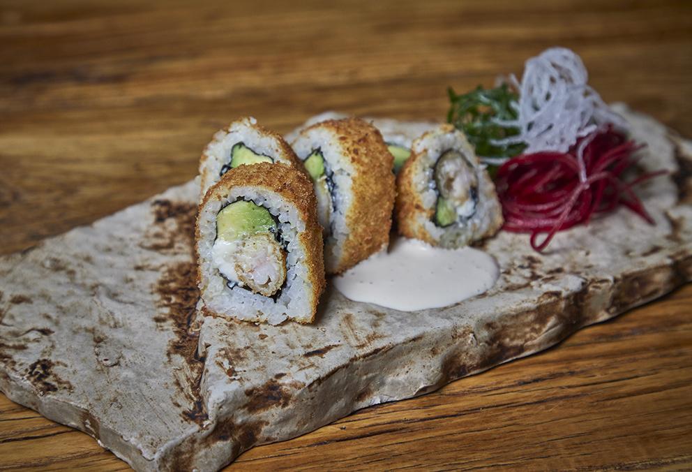 Relleno de Ebi furai, palta y queso crema, empanizado y frito.