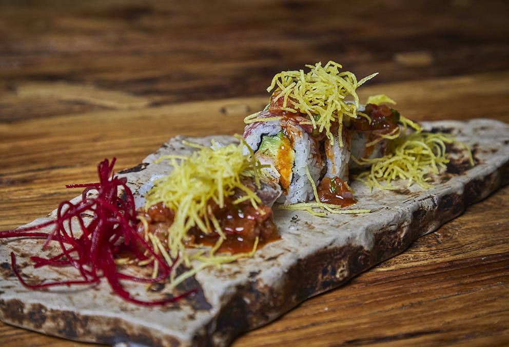 Relleno de Ebi furai, palta y queso crema cubierto de lomo flambeado y salsa salteada especial con tomate, cebolla y ají.