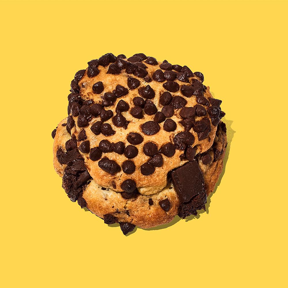 Galletas con abundantes chips y trozos de chocolate con un delicioso relleno de fudge. Pruébalas y llénate de alegría.  Medida: 8 cm de diámetro, 6 cm de altura