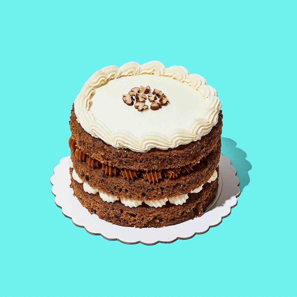 ¡La favorita para alegrar tu día!Mini torta con tres deliciosas capas de bizcocho de zanahoria y pecanas, con relleno de manjar blanco y queso crema. Decorada con queso crema y pecanas.  Medida: 14 cm de diámetro, 9 cm de altura  Porciones: 6 a 8