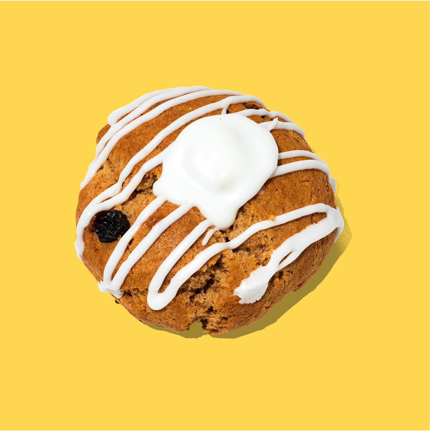 Rollos de canela hechas galleta, con pasas y decoradas con queso crema sabor cinnamon. Pídelas aquí y llénate de alegría.  Descripción: Galletas con pasas y toque de canela. Decorada y rellena de queso crema sabor cinnamon.  Medida: 8 cm de diámetro, 6 cm de altura