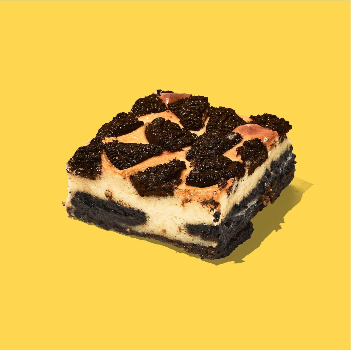 ¡Un Brownie y un cheescake juntos! Nuestro delicioso Brownie en combinación con un cheescake de vainilla, decorado con galletas Oreo. Imposible probar sólo uno.  Medida de Producto: 6.5 cm de ancho, 6.5 cm de largo, 3.5 cm de altura