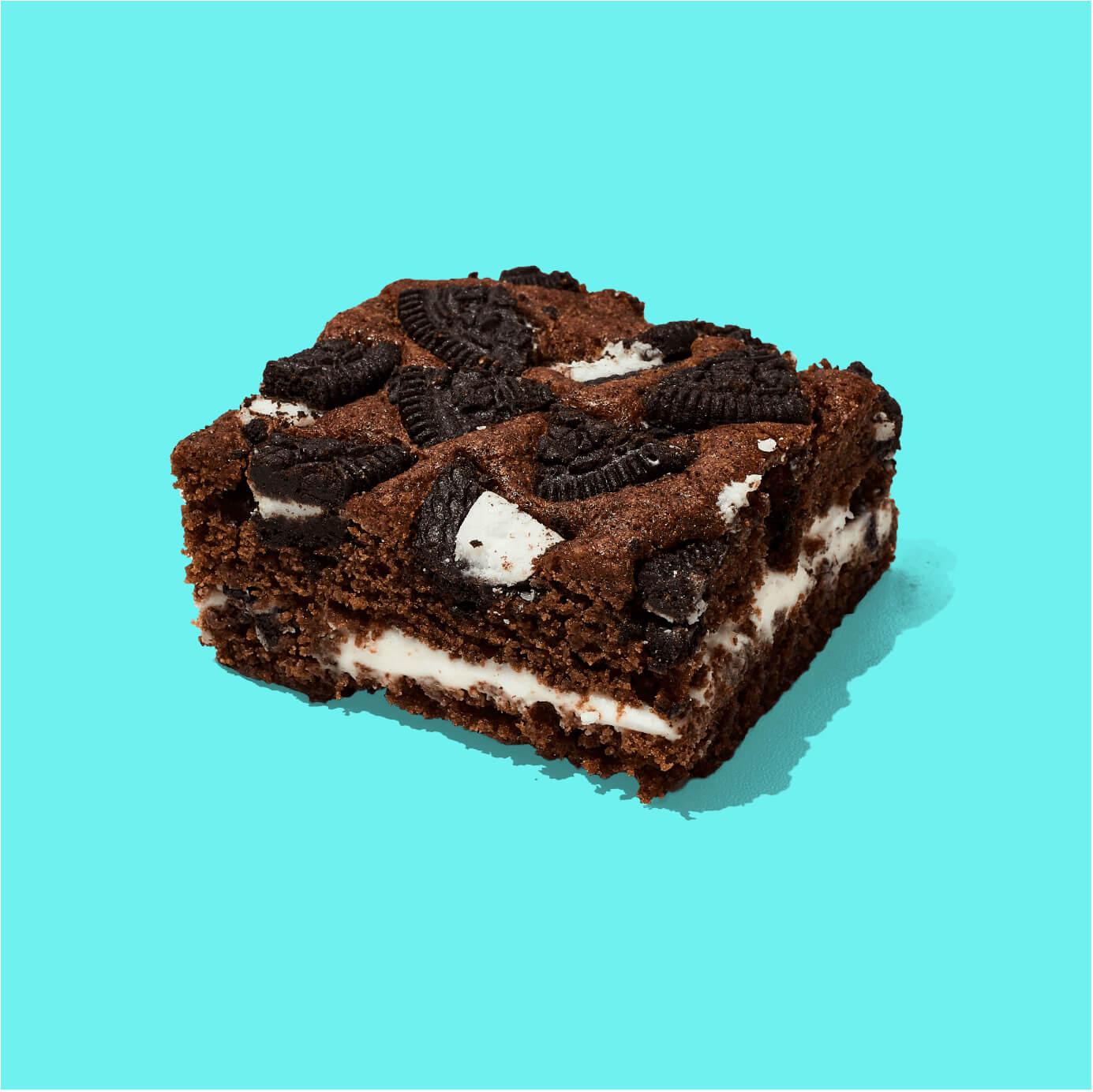 Brownie de chocolate con una deliciosa crema de vainilla y trozos de galleta. Decorados con galletas Oreo.  Medida de Producto: 6.5 cm de ancho, 6.5 cm de largo, 3.5 cm de altura