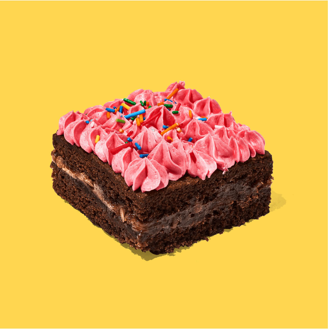 Nuestro Brownie de chocolate relleno con manjar blanco, decorado con una deliciosa crema de fresa y confites.  Medida de Producto: 6.5 cm de ancho, 6.5 cm de largo, 3.5 cm de altura