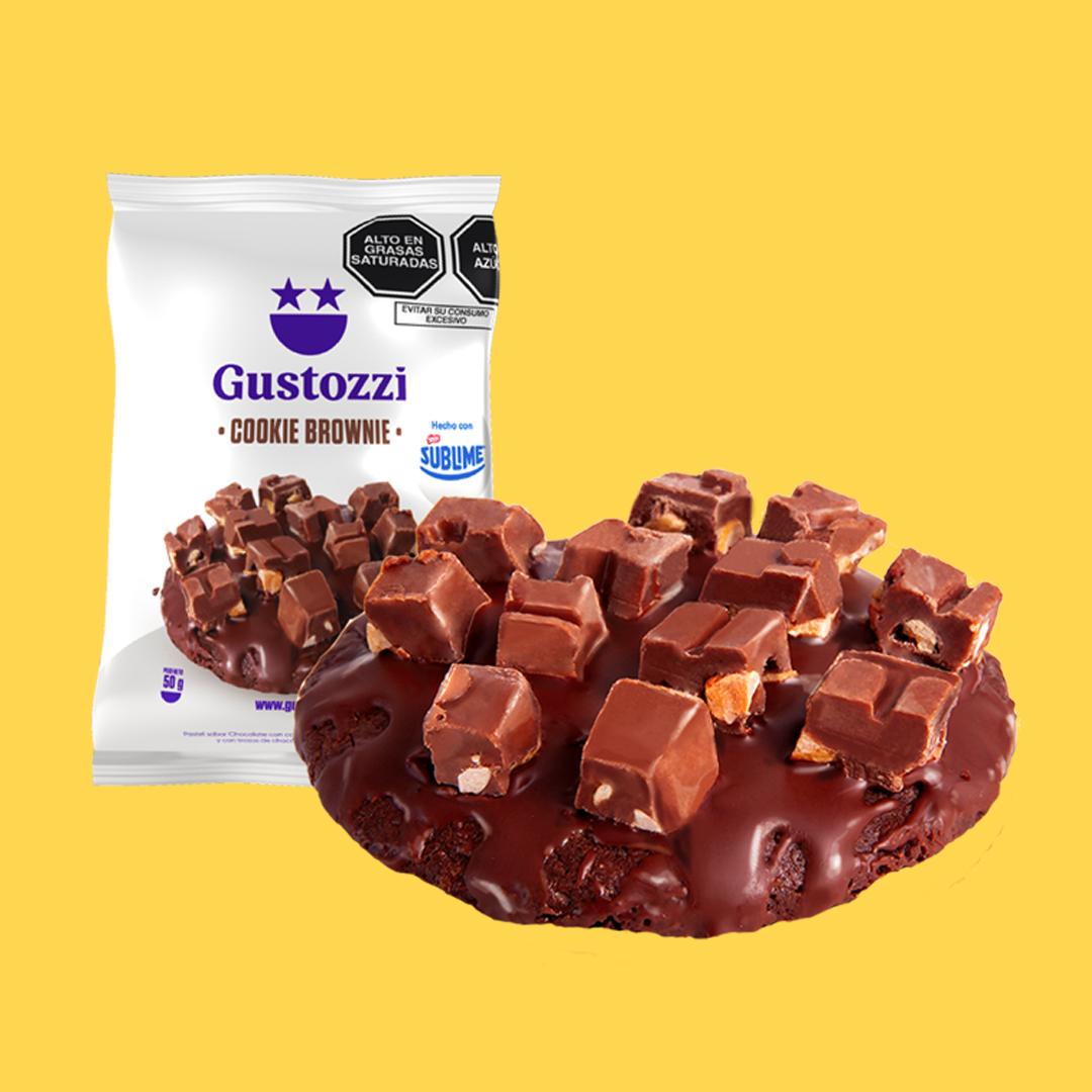 Deliciosa galleta con la textura amelcochada del brownie, cubierta de chocolate y trozos de chocolate Sublime.