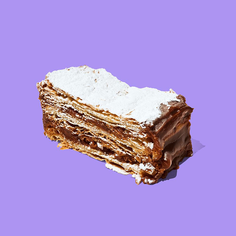 Delicioso pastel de hojaldre relleno de manjar blanco, espolvoreada de azúcar impalpable.