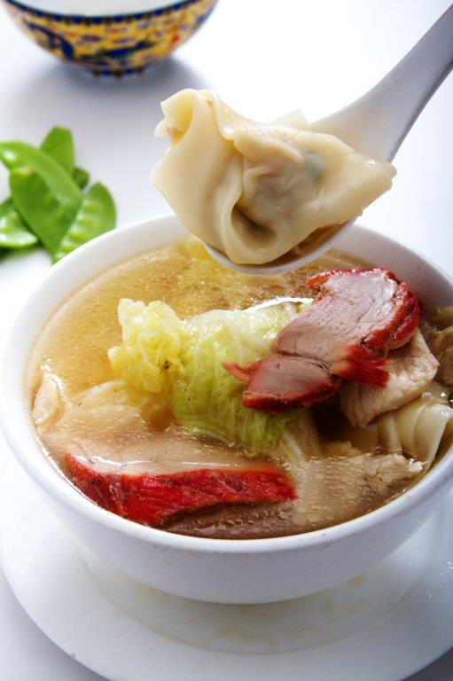 Sopa de pollo con wantan relleno de pollo con fideo chino y col china