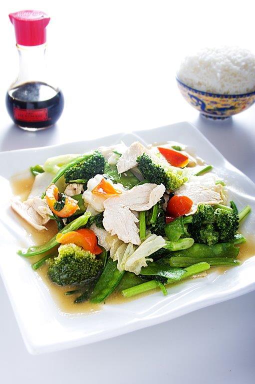 Pollo salteado con verduras y tallarín chino.