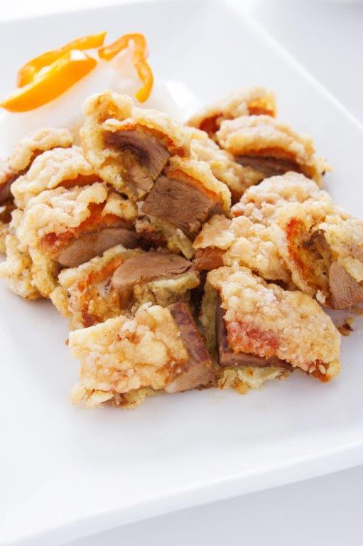 Pato asado frito cubierto de una capa crocante.