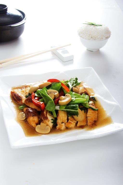 Pechuga de pollo servida con un rico salteado de verduras en salsa de ostión.