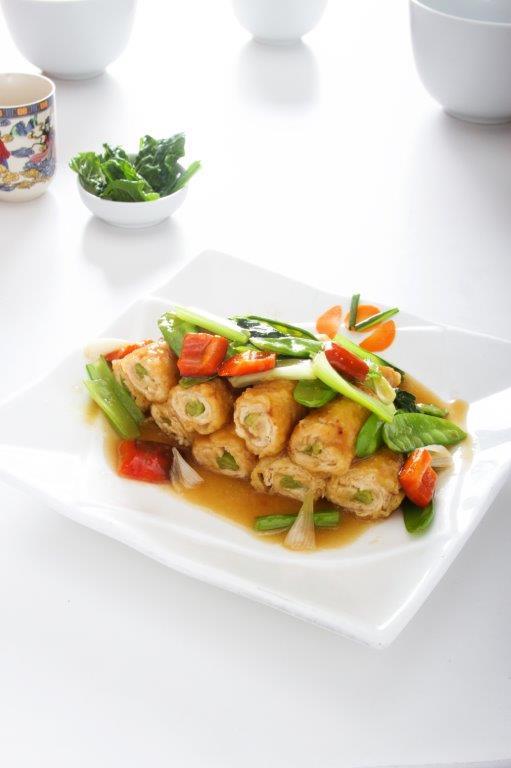 Pechuga de pollo enrollada con espárragos acompañada de un salteado de verduras.