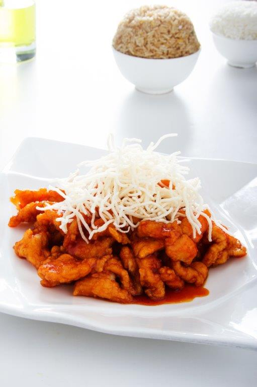 Pollo enharinado frito bañada en una deliciosa salsa agridulce hecha a base de tamarindo.