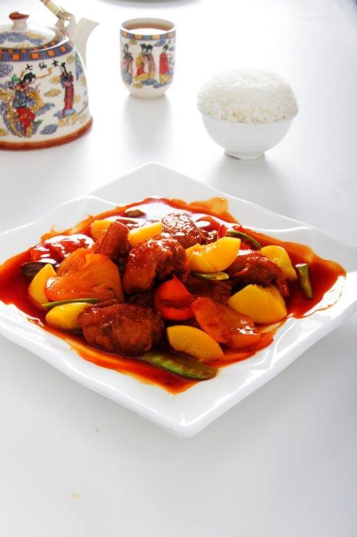 Pollo en trozos acompañado de duraznos, piñas y verduras con el toque dulce de nuestra salsa de tamarindo.