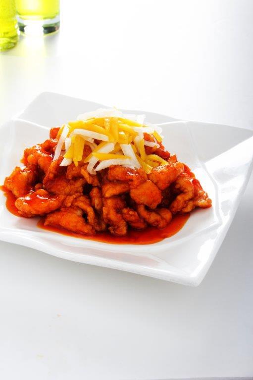 Delicioso pollo enharinado frito con durazno,nabo.